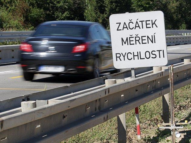 Už skoro tři měsíce měří radary na dálnici D1 mezi Ostrovačicemi a Kývalkou rychlost projíždějících aut. Ředitelství silnic a dálnic si od jejich instalace slibovalo od řidičů větší respektování snížené rychlosti. Jenže situace se nelepší.