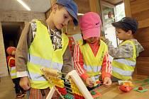 Chytat ryby z bazénku nebo se trefit mincí z výšky do nádoby s vodou si v úterý pod Špilberkem ve Středisku ekologické výchovy Hlídka nadšeně vyzkoušely děti z brněnské mateřské školky.