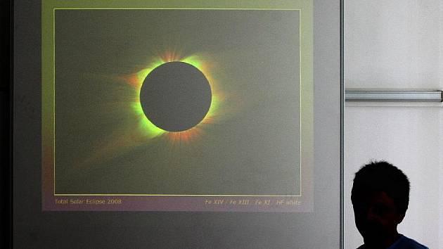 Sluneční korona přes polarizační filtry.