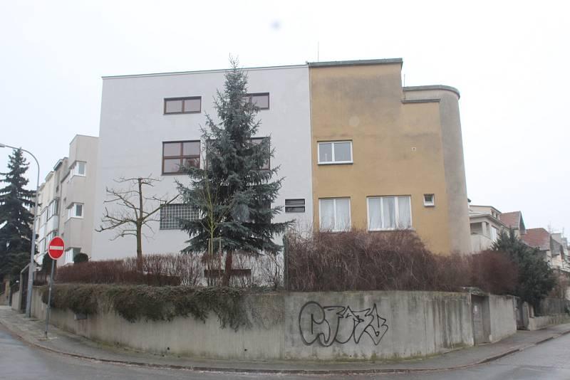 Fuchsově dvojvile v brněnských Žabovřeskách hrozí poškození vzhledu, který si rádi fotí turisté. Majitelé části prvorepublikového domu chtějí totiž svou třetinu, která není památkově chráněna, stavebně upravit.