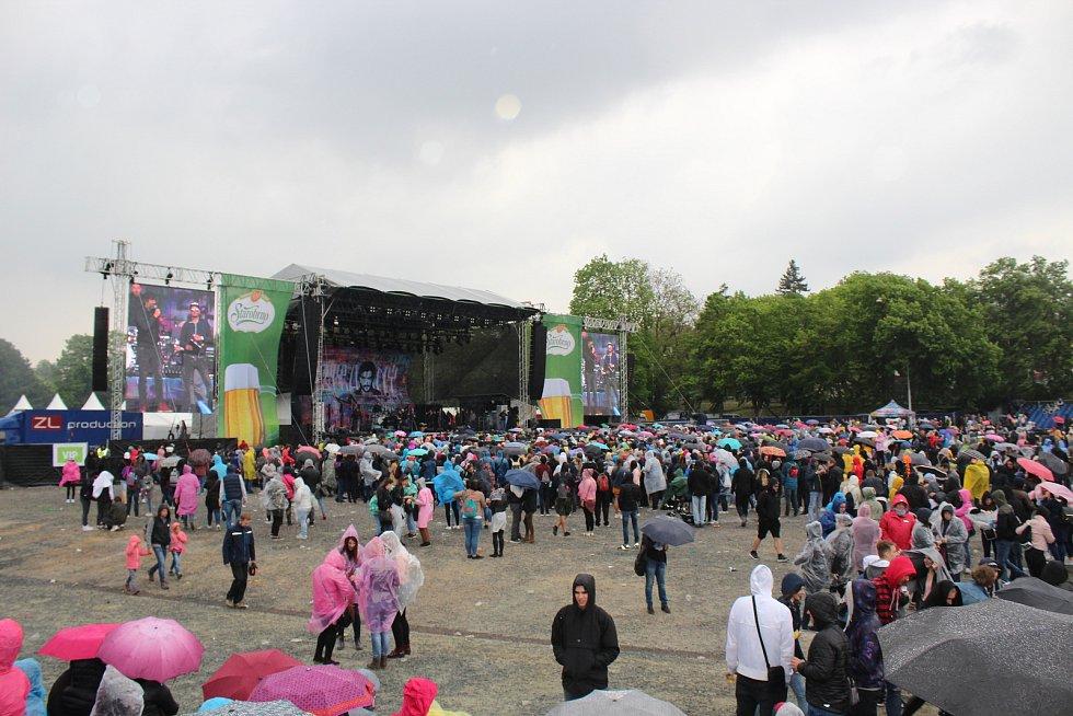 Lidé si užívali největší studentský festival Majáles i v dešti.