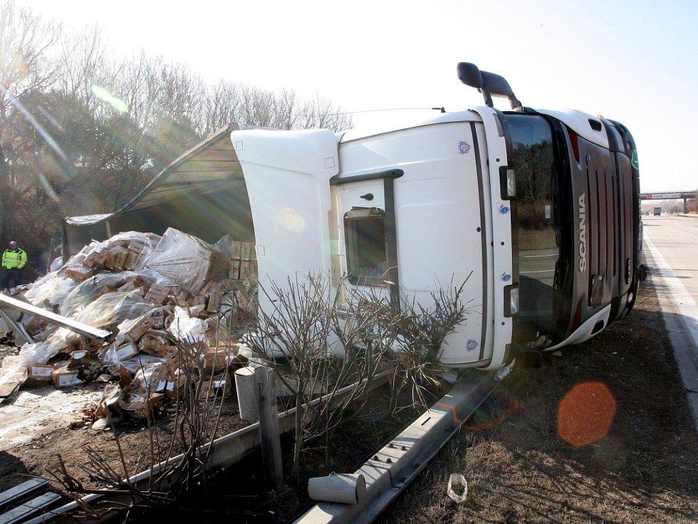 Převrácený kamion zablokoval dálnici u Vyškova.