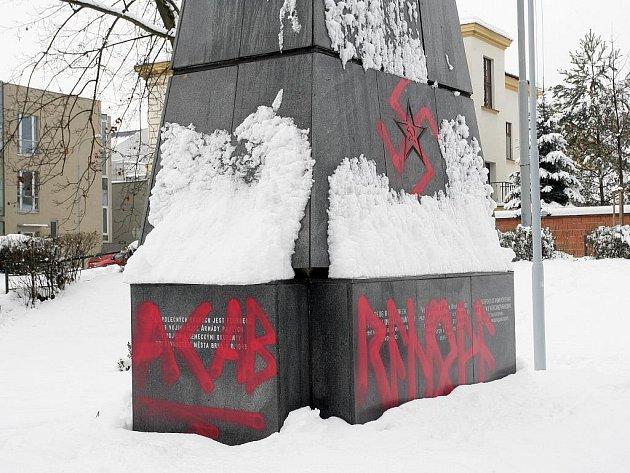 Pomník rudoarmějců je opět posprejován hákovým křížem a nápisy na bočních stěnách jsou poničeny