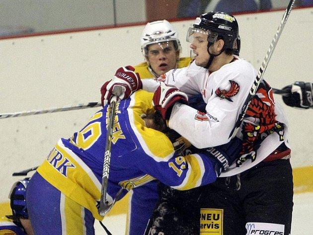Hokejisté brněnské Techniky (v bílém Ondřej Stehlík) v utkání s Nymburkem.