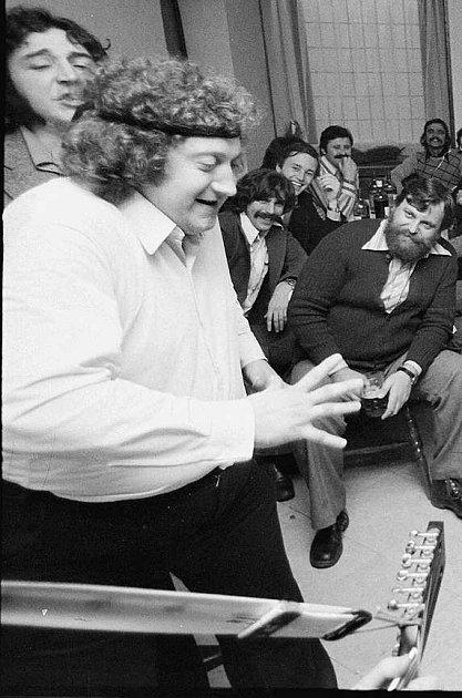 Tekuté kapříky vymyslel bavič Franta Kocourek, který na ně zval isvérázného zpěváka Rudyho Kovandu.