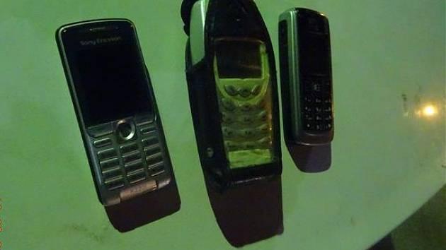 Zloděj ve sběrném dvoře: ovladač nenašel, ukradl aspoň staré tlačítkové mobily