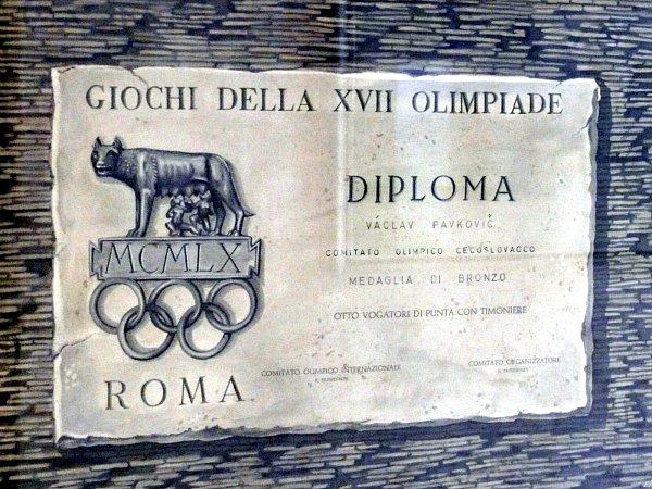 Účast na sedmnáctých letních olympijských hrách Václavu Pafkovičovi připomíná také diplom.