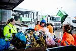 Pracovníci odborné firmy třídí odpad z popelnic. Ilustrační foto.