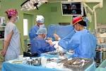 Operace na neurochirurgii ve Fakultní nemocnici u sv. Anny v Brně.