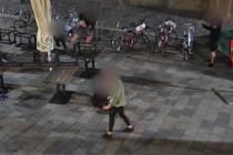 Dva mladíci fyzicky napadli trojici jiných mladých mužů na Jakubském náměstí v Brně.