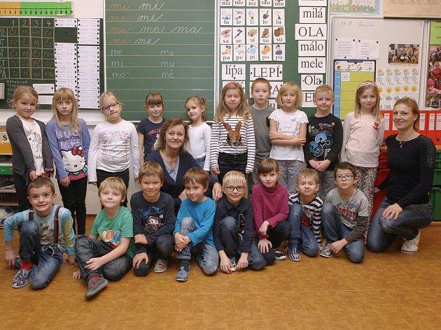 ZŠ Bílovice nad Svitavou. Na fotografii třída 1.Astřídní učitelkou Bohuslavou Hamákovou (uprostřed) a asistentkou Marcelou Frkalovou (vpravo).