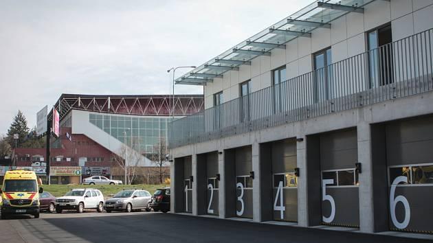 Zlepšit rychlost příjezdu i kvalitu péče má pomoct nová výjezdová stanice záchranářů v Brně-Ponavě, kterou na konci března oficiálně otevřeli zastupitelé kraje. Ti do výstavby budovy, která leží naproti bazénu za Lužánkami, investovali šedesát milionů.