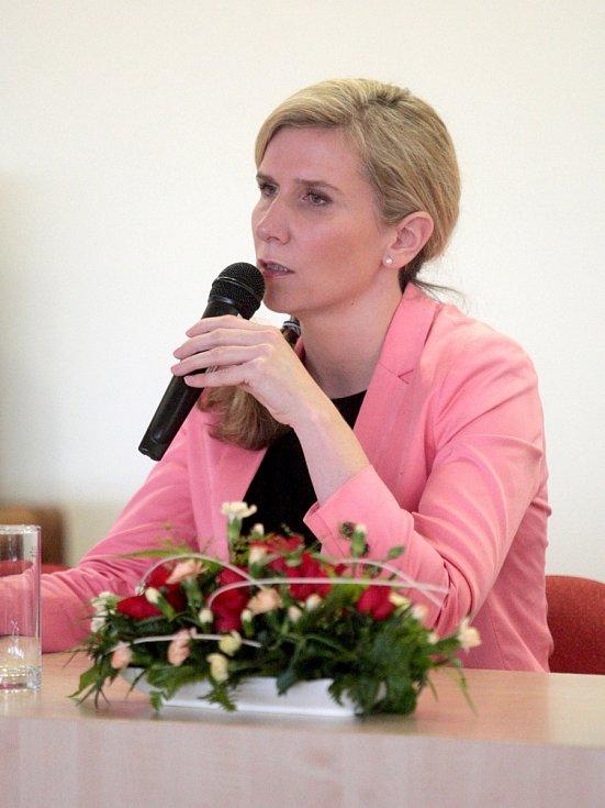 Ministryně školství Kateřina Valachová v pátek v Brně mluvila s nespokojenými rodiči o novele školního zákona o začleňování dětí z IQ nižším než sedmdesát. Snažila se rodiče uklidnit.