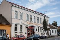 Dělnický dům stojí v Židenicích od roku 1897. Teprve devadesát let má však dvě patra. Jeho přestavbu připomínají sobotní oslavy.