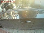 Teprve tříletou dívku museli v pondělí v podvečer zachraňovat z auta zaparkovaného na přímém slunci brněnští strážníci. Hlídku přivolal telefonátem muž, který si všiml netečného dítěte uvnitř auta před bohunickým nákupním centrem.
