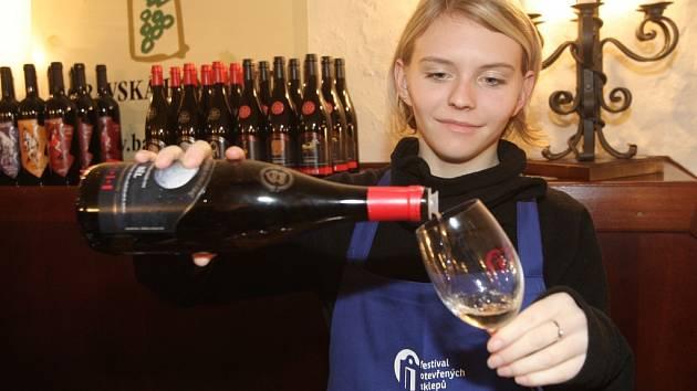 Desítky vinařů a stovky lidí. Hlavním městem vína se pro tento víkend stalo Brno. Poprvé tam totiž udělal zastávku putovní Festival otevřených sklepů.