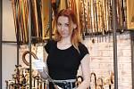 Podnikání s vycházkovými holemi začala třicetiletá Renata Machová z Brna ve vestibulu panelového domu. Dnes už má rok kamenný obchod v brněnském Komíně.