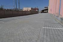 Obec nechala u vlakového nádraží vybudovat parkoviště s padesáti novými parkovacími místy.