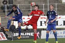Fotbalisté Zbrojovky (v červeném) porazili Olomouc 2:0.