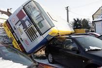 Autobus hromadné dopravy číslo 63, který sjel ze silnice.