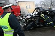 Mladý řidič narazil do rozjeté tatry