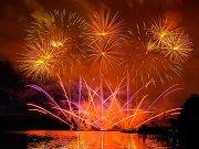 Počtvrté letos ozářily hladinu brněnské přehrady rachejtle festivalu Ignis Brunensis. Ve středu večer své umění předváděl smíšený čínsko-švýcarský soutěžní tým. Jeho představení podle odhadů policistů sledovalo 140 tisíc diváků.