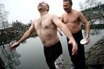 Křest nových otužilců v řece Svratce.