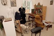 Výstava v Letohrádku Mitrovských přibližuje život z období secese pomocí více než stovky dobových exponátů.