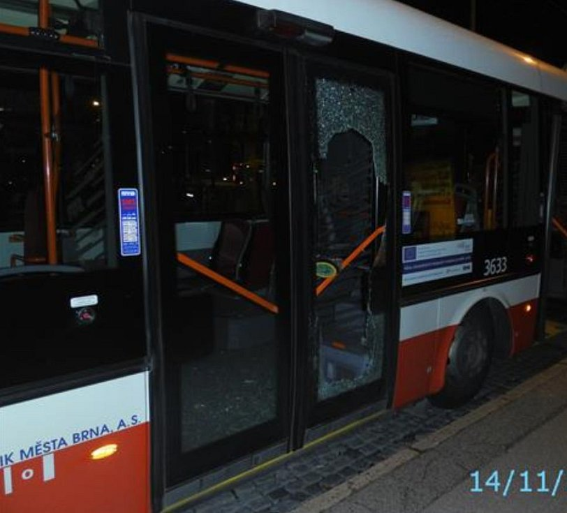 Muž prokopl kolenem dveře trolejbusu.