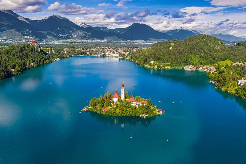 Kostel Nanebevzetí Panny Marie na ostrově uprostřed jezera Bled ve Slovinsku.
