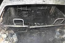 Vandal poničil v neděli večer v Rajhradě několik aut.