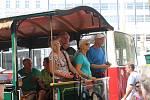 Dny dopravní nostalgie v Brně završila v sobotu přehlídka historických vozů městské hromadné dopravy na náměstí Svobody. Dopravní prostředky plně obsazené pasažéry poté vyjely směrem k vozovně v Husovicích, která se na den otevřela veřejnosti.