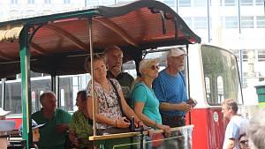 Do otevřené vozovny se lidé svezly koněspřežkou i parní lokomotivou