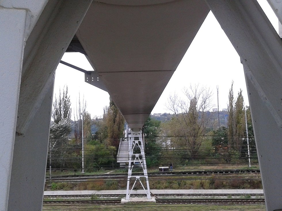 Nejdelší lávka pro pěší v Brně je v maloměřickém depu. Síť kolejí překlenuje asi 250 metrů dlouhý most. Před pár lety při údržbě natřeli zrezivělou železnou konstrukci šedou barvou.