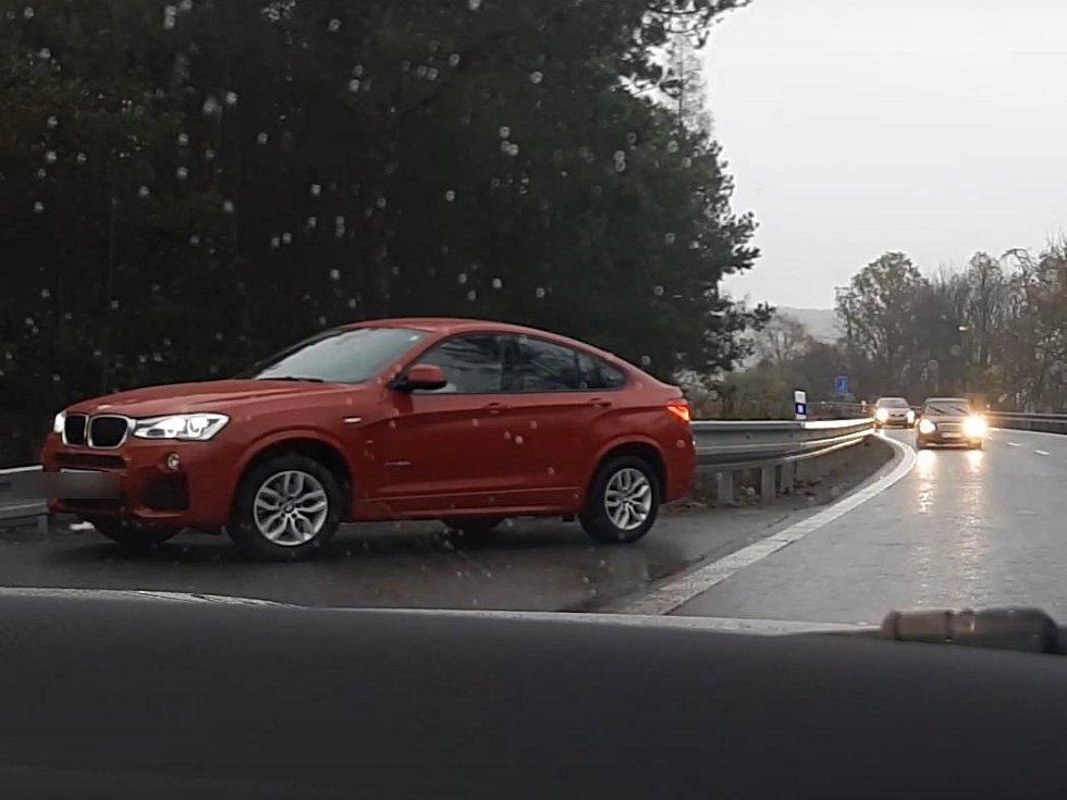 Se svými i cizími životy si zahrávali před několika dny řidiči na výjezdu na 182. kilometru dálnice D1 ve směru na Brna. Ze zablokované dálnice totiž vyjížděli v protisměru. Jejich nebezpečnou jízdu zachytili policisté.
