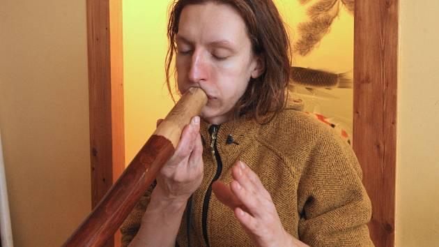 Dalibor Neuwirt představil v Brně zájemcům hudební nástroj australských domorodců didgeridoo.
