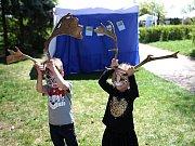 Děti si na Dni Země na Kraví hoře vyzkoušely, jaké to je žít jako slepice. V kleci.