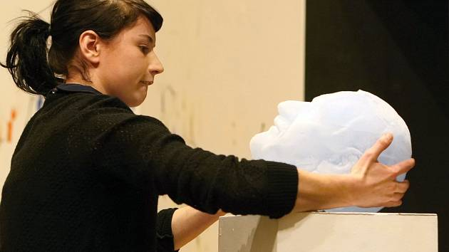 Sochařka Markéta Jáchimová nechala roztát bustu Václava Klause z ledu.