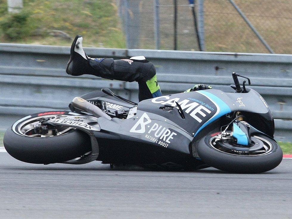 Motocyklista Lukáš Pešek spadl ve třetím kole na Grand Prix České republiky.
