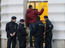 Policisté stojí před budovou Raiffeisenbank v brněnské Masarykově ulici. Podle zdroje Deníku Rovnost banku někdo přepadl.
