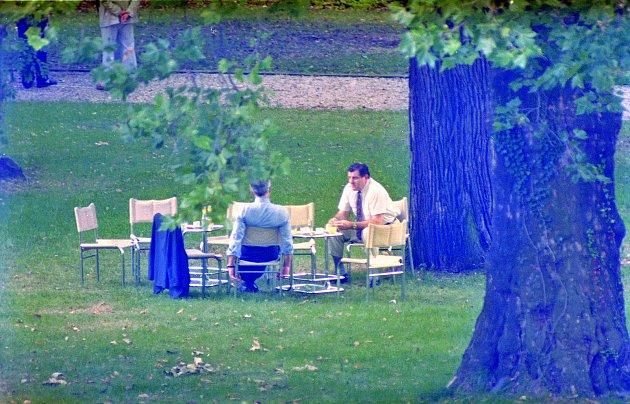 Na snímku brněnského fotografa Jefa Kratochvila z26.8.1992jednají Václav Klaus a Vladimír Mečiar ve vile Tugendhat orozdělení Československa.