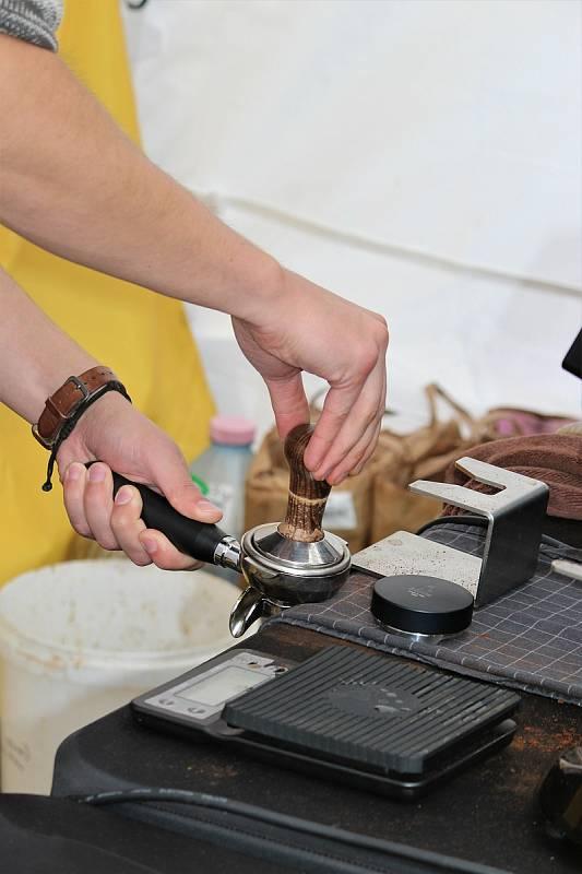 Nepřeberné množství různých druhů kávových zrn ochutnávají Brňané po celý víkend mezi cihlovými domy galerie Vaňkovka.