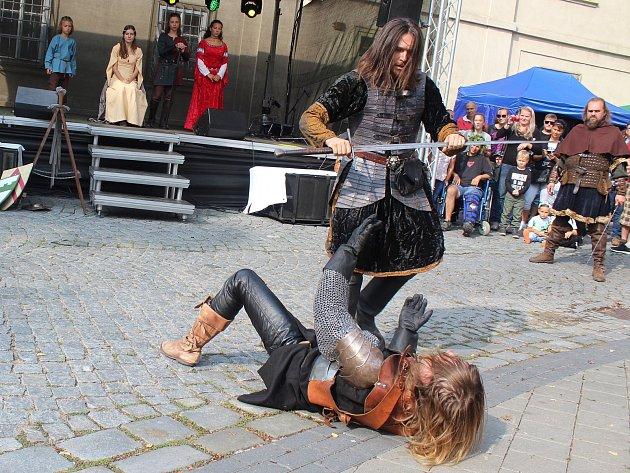 Šerm,  tanec ipředstavení kata čekalo na návštěvníky Dolních Kounic  při již dvacátých městských slavnostech.