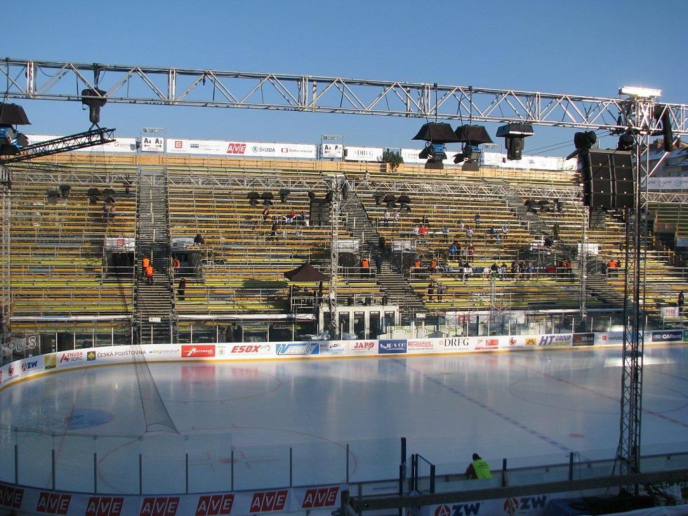 Poslední chvíle klidu za Lužánkami. Provizorní stadion v pátek bude hostit přes 20 tisíc lidí.
