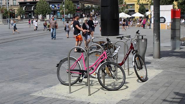 Lidé dopravující se po Brně na kole budou mít větší šanci svůj bicykl také někde úspěšně a legálně zamknout. K navýšení kapacity stojanů pro kola se odhodlali představitelé brněnské radnice.