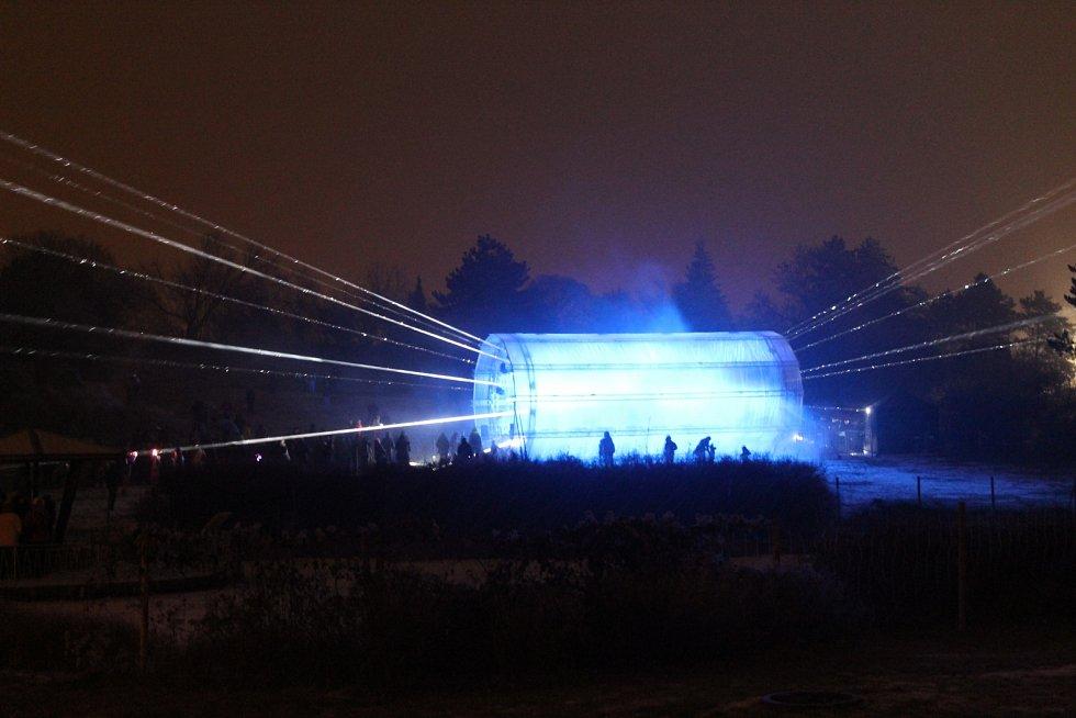 Tradiční akci Svátek světla letos pořadatelé ozvláštnili velkým svítícím tunelem.