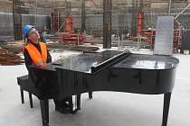 Brněnští filharmonici natáčeli spolu s pianistou Igorem Ardaševem nový spot Sál pro Brno na místě, kde vyrůstá Janáčkovo kulturní centrum.