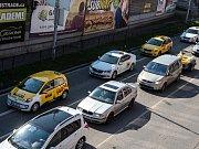 Protestní kolonu brněnských taxikářů roztrhaly semafory. Ulicí Zvonařka projelo asi šedesát taxíků bez větších problémů, do kolony se přimíchala další auta. Protest byl tak spíše symbolický.