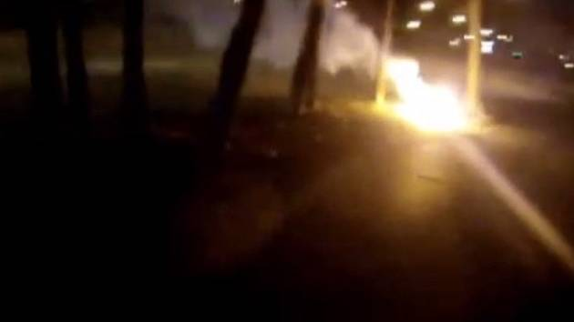 Ze země šlehají barevné plameny, varoval ve čtvrtek brněnské strážníky řidič, který projížděl Kníničskou ulicí.