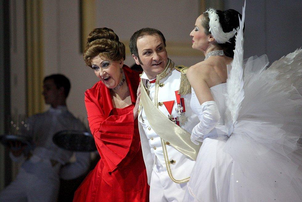 Nové nastudování Nedbalovy Polské krve vsadil režisér Tomáš Pilař s výtvarníkem Alešem Valáškem do bíle laděné scény s minimalistickými prvky.